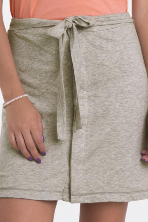 Jupe courte gris chiné en coton Pima biologique couleur ceinture à nouer boutonnage caché vue de face collection été Bombón de algodón