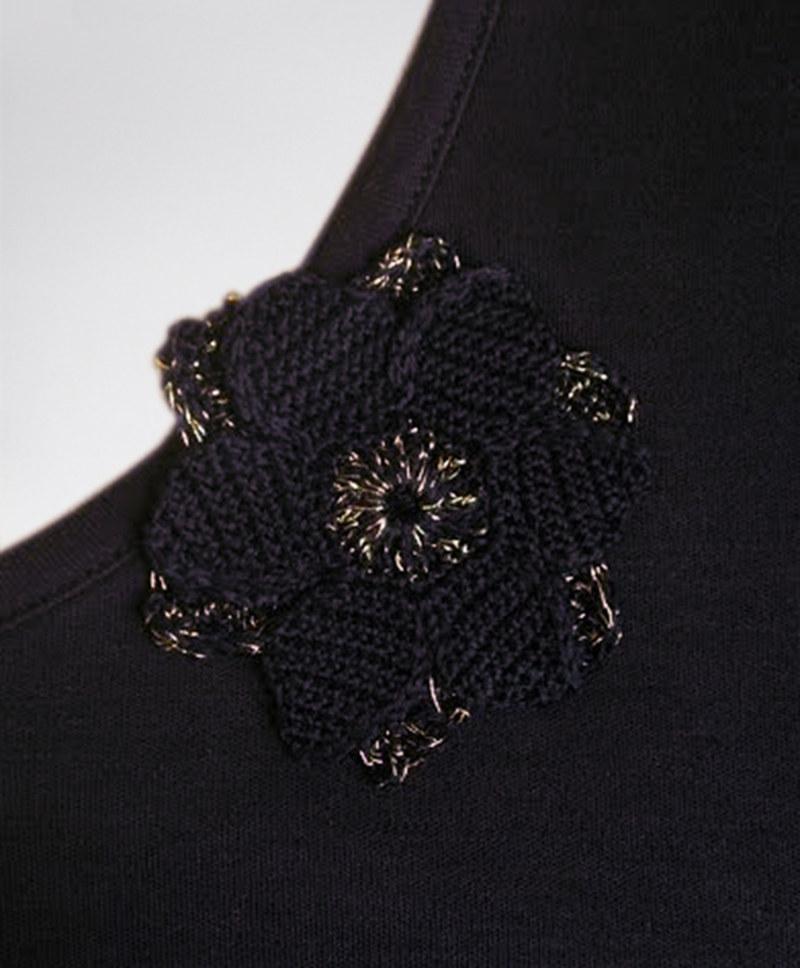 Robe droite basique manches courtes en coton Fausta couleur noir fleur au crochet vu du détail collection été Bombón de algodón