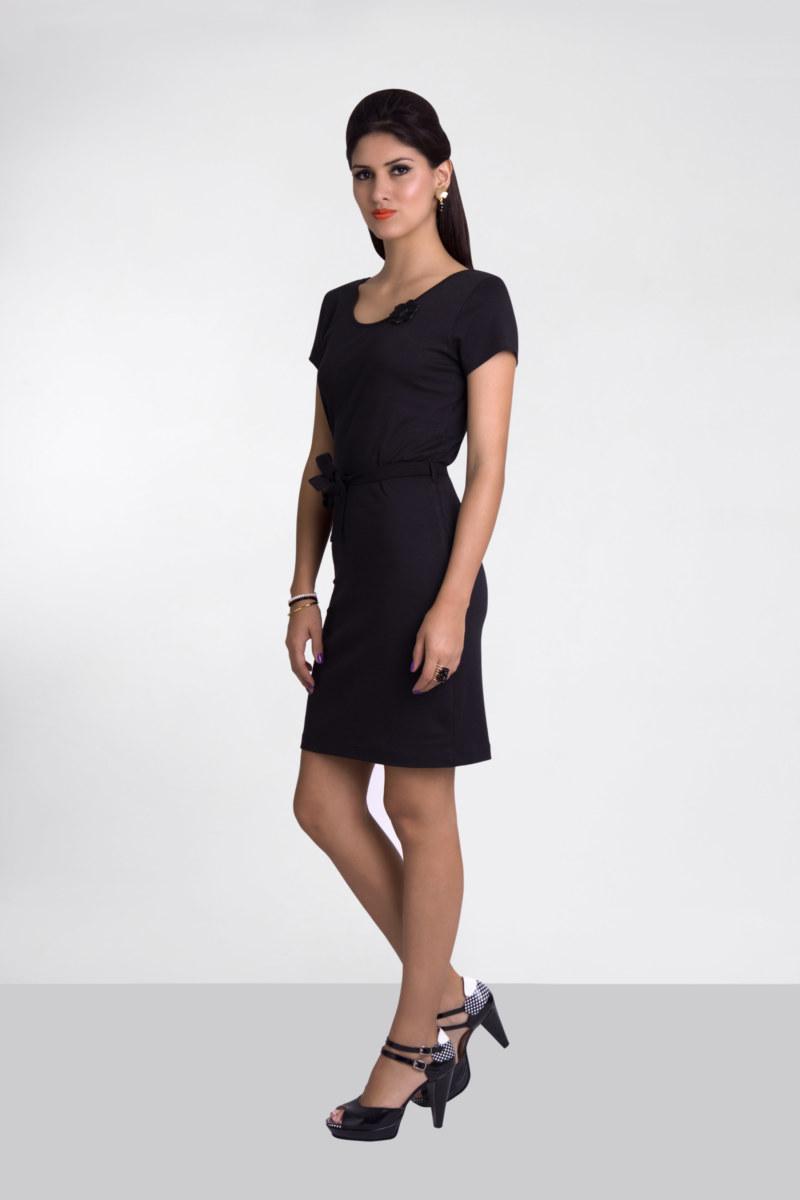 Robe droite basique manches courtes en coton Fausta couleur noir fleur au crochet sur le devant vu de face collection été Bombón de algodón