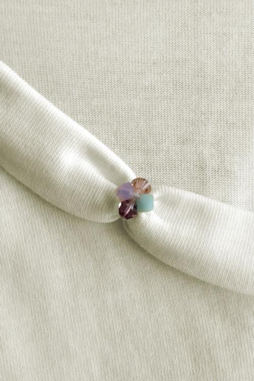 Haut sans manches blanc cassé en coton Pima biologique cristaux Swarovski brodé main vue du détail collection été Bombón de algodón