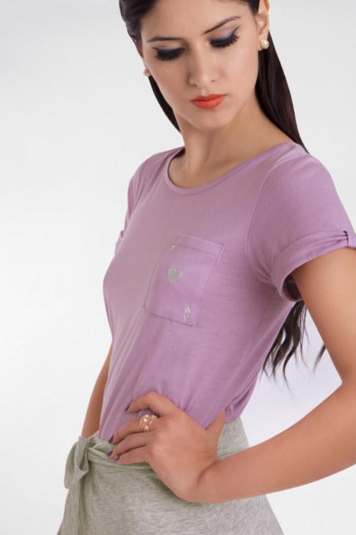 T-shirt manches courtes en coton Felicity couleur lilas carte as de coeur argenté brodé sur poche vue du détail collection été Bombón de algodón