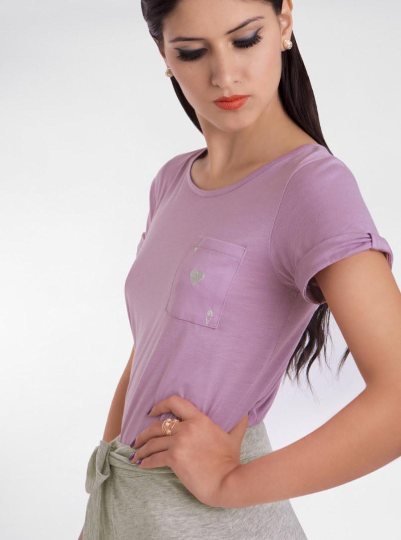T-shirt manches courtes lilas en coton Pima biologique carte as de coeur argenté brodé sur poche vue du détail collection été Bombón de algodón