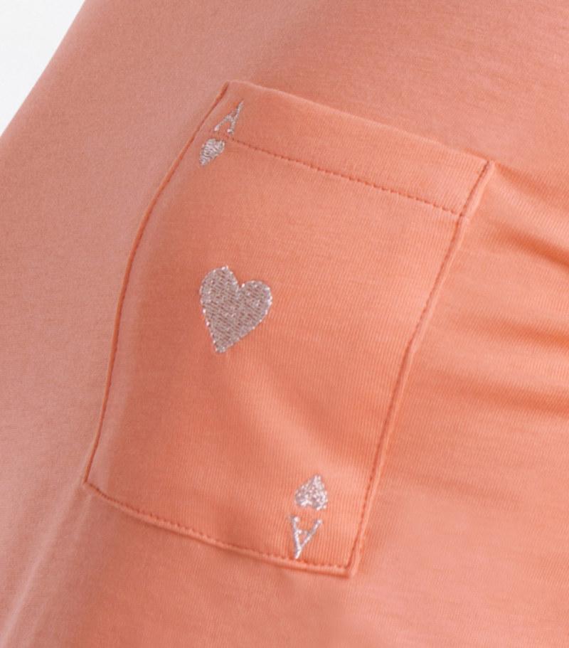 T-shirt manches courtes papaye en coton Pima biologique carte as de coeur argenté brodé sur poche vue du détail collection été Bombón de algodón
