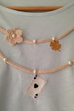 T-shirt manches courtes en coton Fiorella couleur menthe collier avec perles brodées main motifs au crochet vue du détail collection été Bombón de algodón
