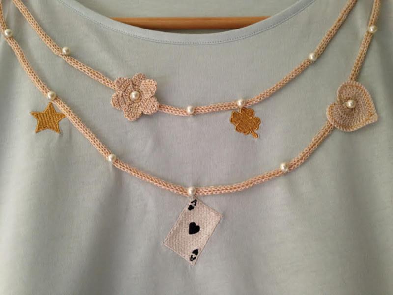 T-shirt manches courtes menthe en coton Pima biologique collier avec perles brodées main motifs au crochet vue du détail collection été Bombón de algodón