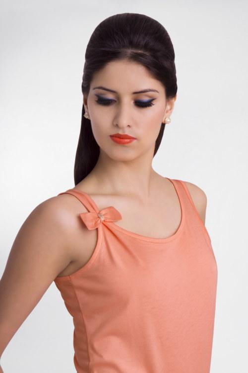 T-shirt sans manches en coton Florentina couleur papaye noeud papillons sur une des bretelles vue de face collection été Bombón de algodón