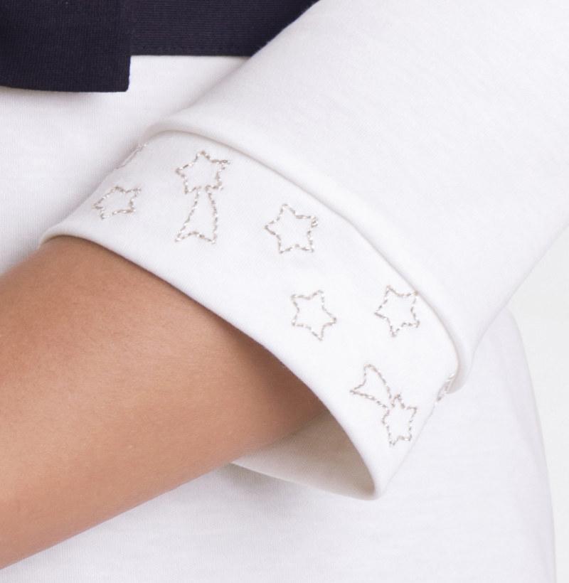 T-shirt manches 3/4 blanc cassé en coton Pima biologique étoiles brodées sur manches vue du détail collection été Bombón de algodón