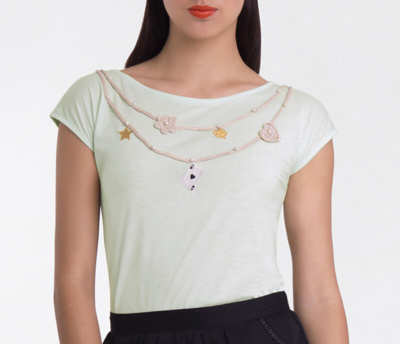T-shirt manches courtes menthe en coton Pima biologique collier avec perles brodées main motifs au crochet vue de face collection hiver Bombón de algodón