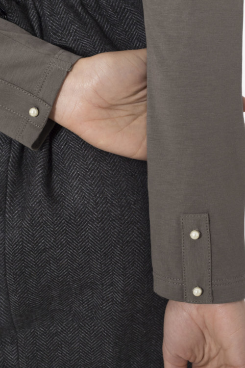 Cardigan basique gris foncé en coton Pima biologique vue de dos collection hiver Bombón de algodón