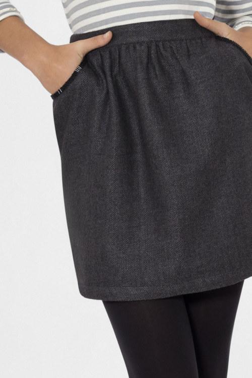 Jupe doublée en laine chevrons noir broderie fait main sur poches vue de face collection hiver Bombón de algodón