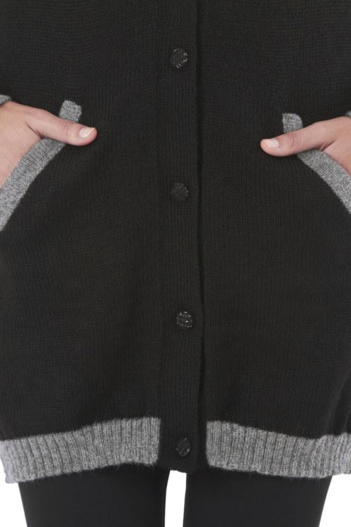 Cardigan long en laine Cayetana couleur noir-gris noeuds papillon au niveau des poignets vue de face collection hiver Bombón de algodón