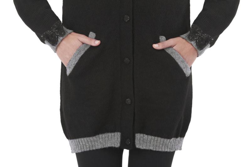 Cardigan long laine de baby alpaga noir noeuds papillon au niveau des poignets vue de face collection hiver Bombón de algodón