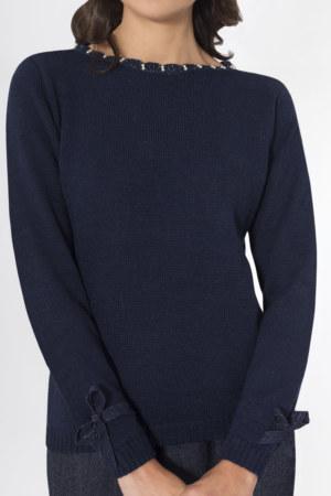 Pull en laine Elodie couleur bleu marine perles brodées main sur encolure ruban gros grain aux poignets vue de face collection hiver Bombón de algodón