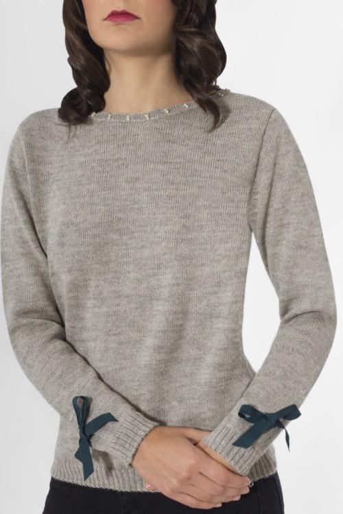 Pull en laine Elodie couleur gris perles brodées main sur encolure ruban gros grain aux poignets vue de face collection hiver Bombón de algodón
