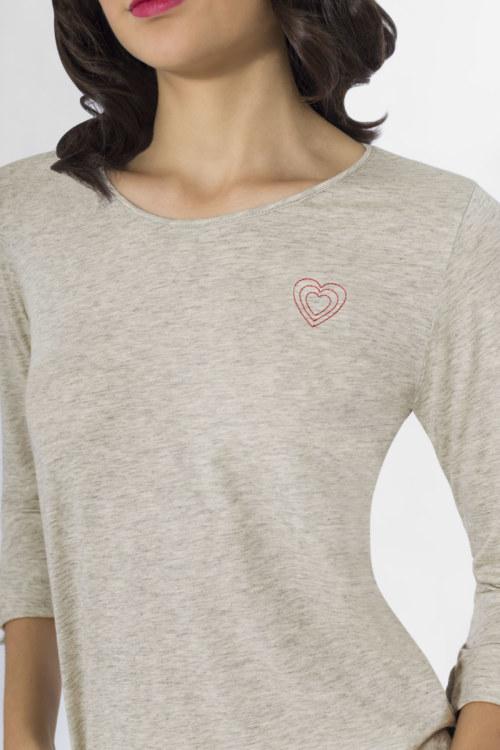 T-shirt manches longues gris chiné en coton Pima biologique coeur rouge brodé sur le devant vue de face collection hiver Bombón de algodón