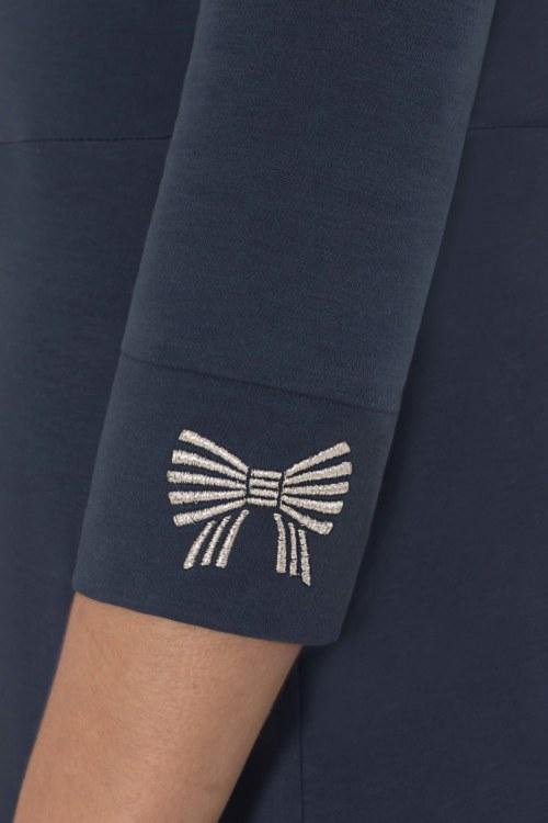 Robe manches 3/4 bleu foncé en coton Pima biologique noeud papillon argenté brodé sur manches vue de côté collection hiver Bombón de algodón