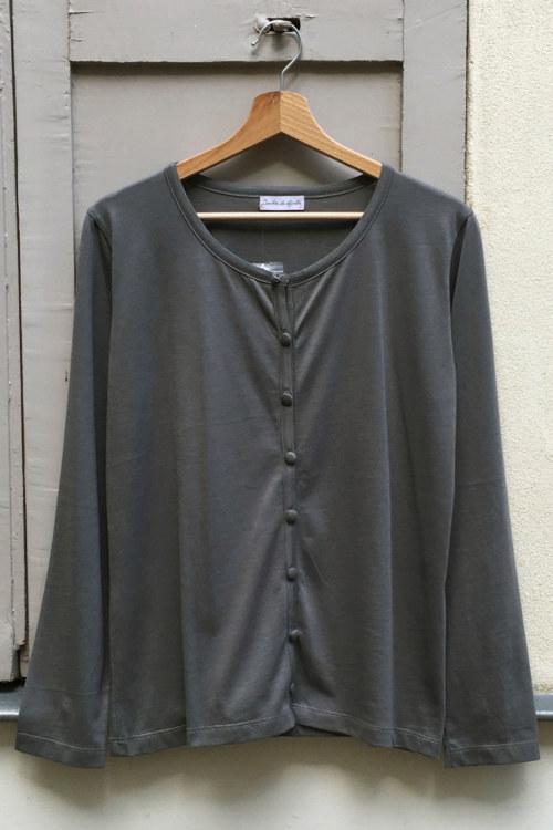 Cardigan basique gris foncé en coton Pima biologique vue de face collection hiver Bombón de algodón