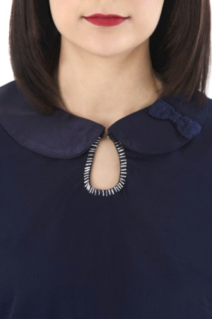 Chemisier manches longues en coton et soie Coralie couleur bleu marine col claudine bimatière petite ouverture avec détail brodé main vue de face collection hiver Bombón de algodón