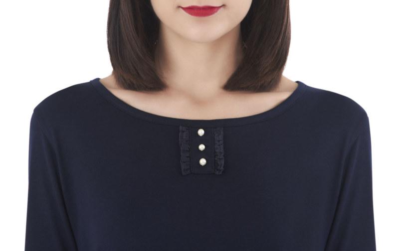 T-shirt bleu marine en coton Pima biologique fausse patte de boutonnage avec perles sur le devant vue de face collection hiver Bombón de algodón