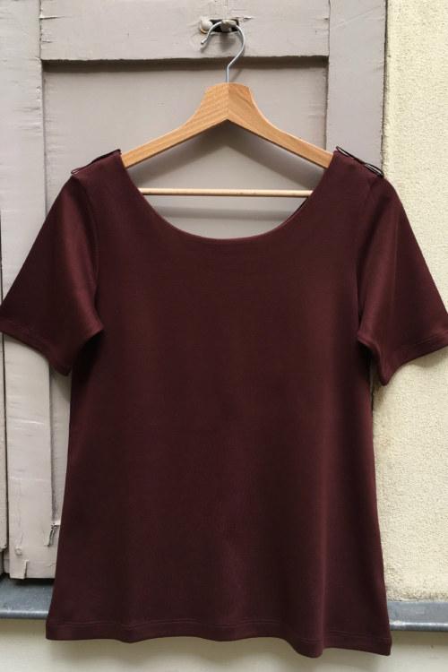 T-shirt manches courtes rouge brun en coton Pima biologique broderie fait main sur manches vue de face collection hiver Bombón de algodón