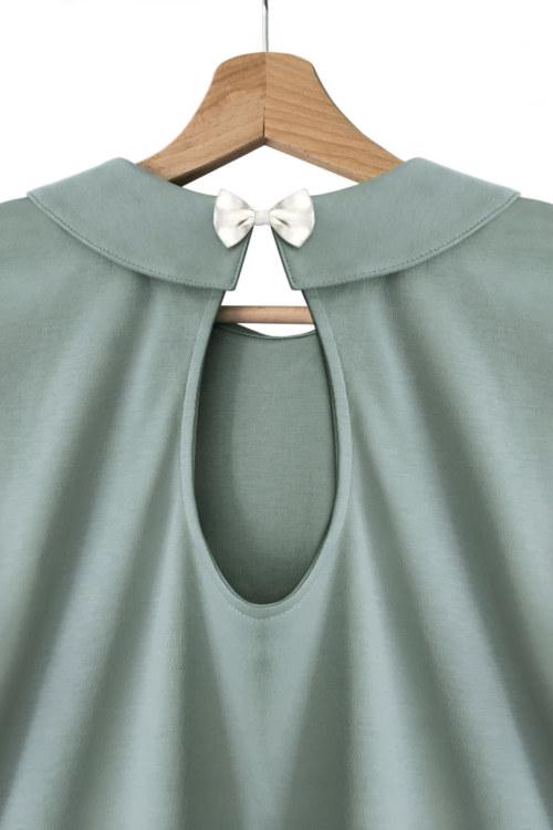 T-shirt manches 3/4 aqua en coton Pima biologique ouverture ronde sur le dos fermé par noeud papillon doré vue de dos collection hiver Bombón de algodón
