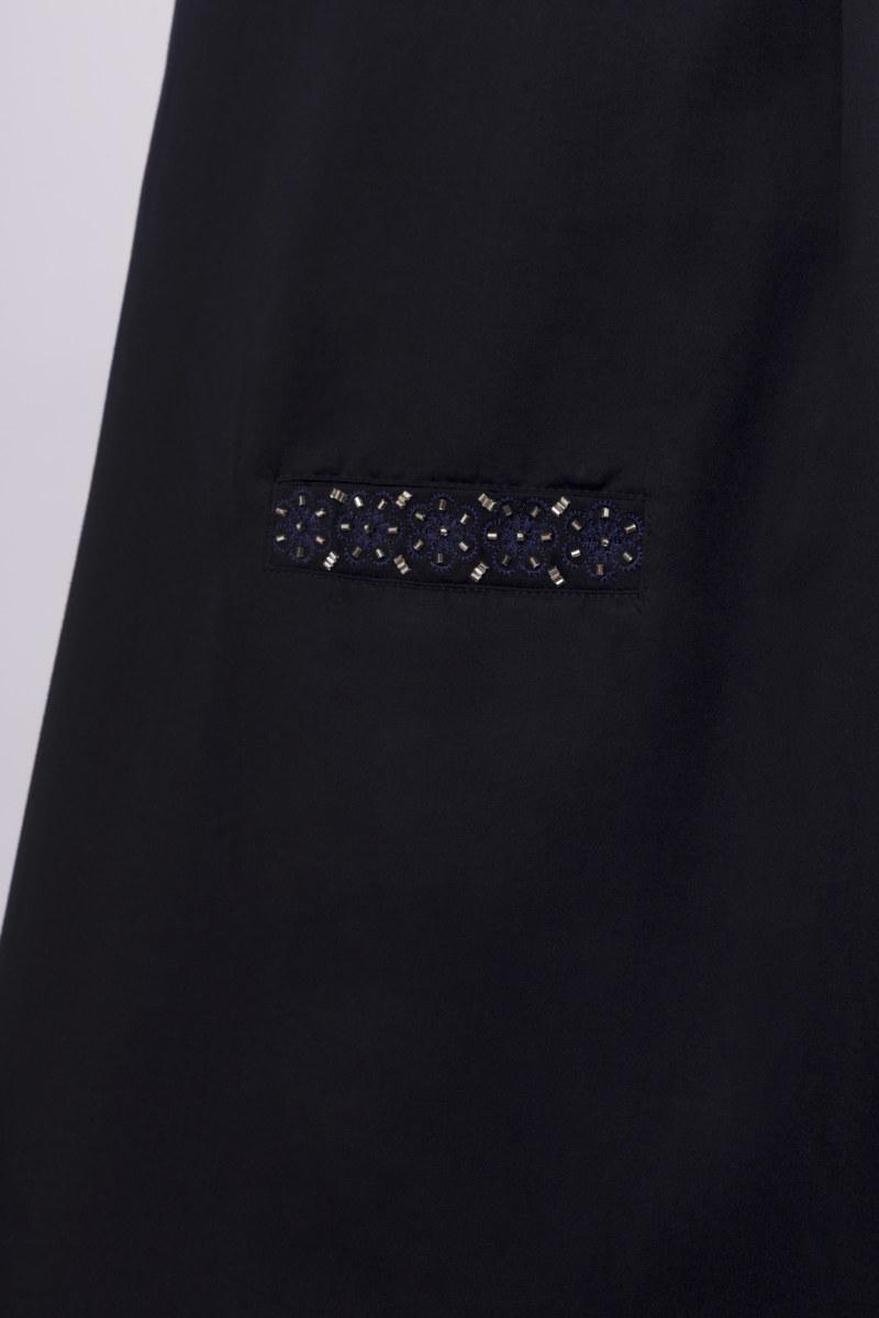 Robe manches courtes bleu marine en coton Pima biologique fleurs brodés sur fausses poches ceinture amovible à nouer vue de face collection été Bombón de algodón