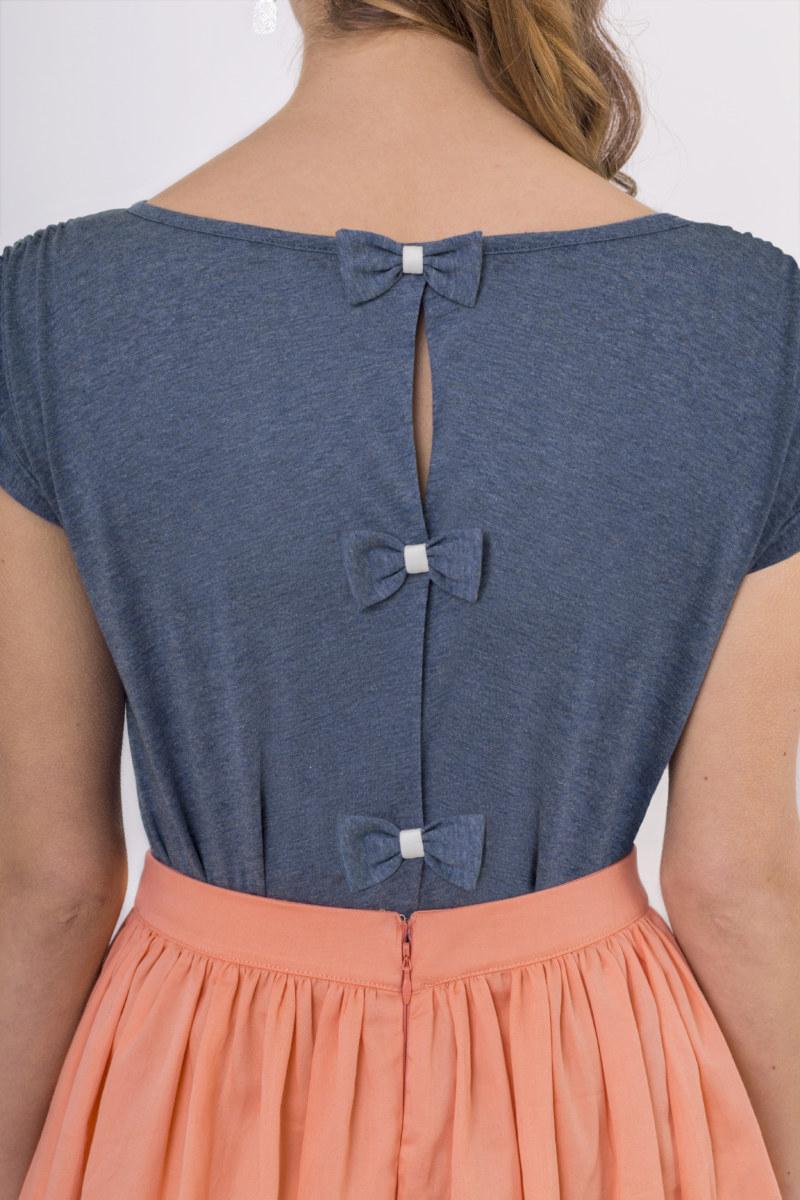 T-shirt bleu coton biologique manches courtespetites ouvertures au dos refermées par des noeuds papillon vue de dos collection été Bombón de algodón