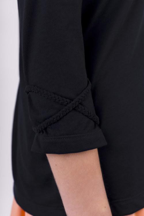 T-shirt manches 3/4 bleu marine en coton Pima biologique décolleté v avec perles au dos tresses croisées sur manches façon bracelet vue de dos collection été Bombón de algodón
