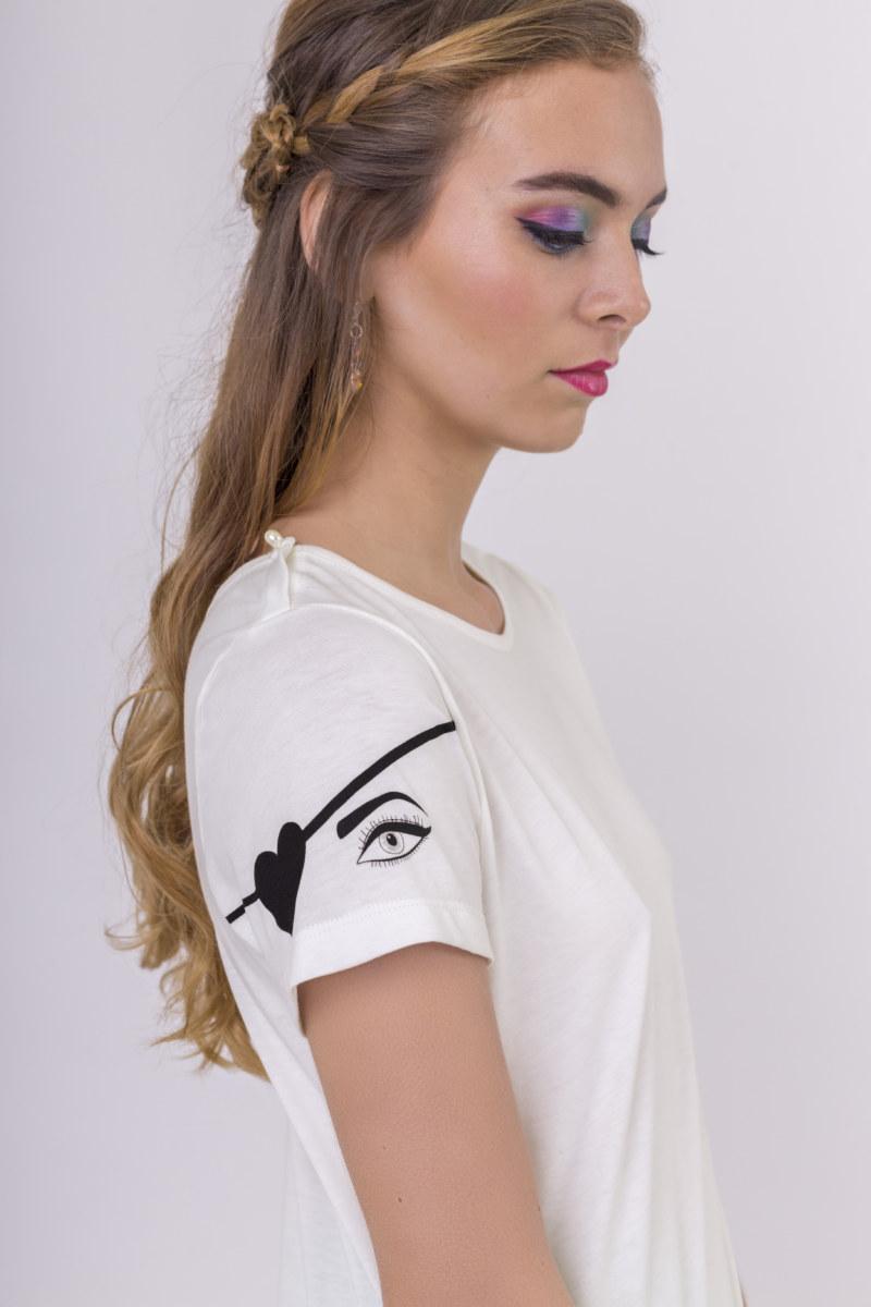 T-shirt manches courtes blanc cassé en coton Pima biologique imprimé yeux de pirate sur la manche vue de profil collection été Bombón de algodón
