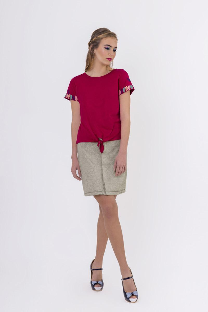 T-shirt manches courtes fuchsia en coton Pima biologique petite ouverture sur les épaules refermé par une perle vue de face collection été Bombón de algodón