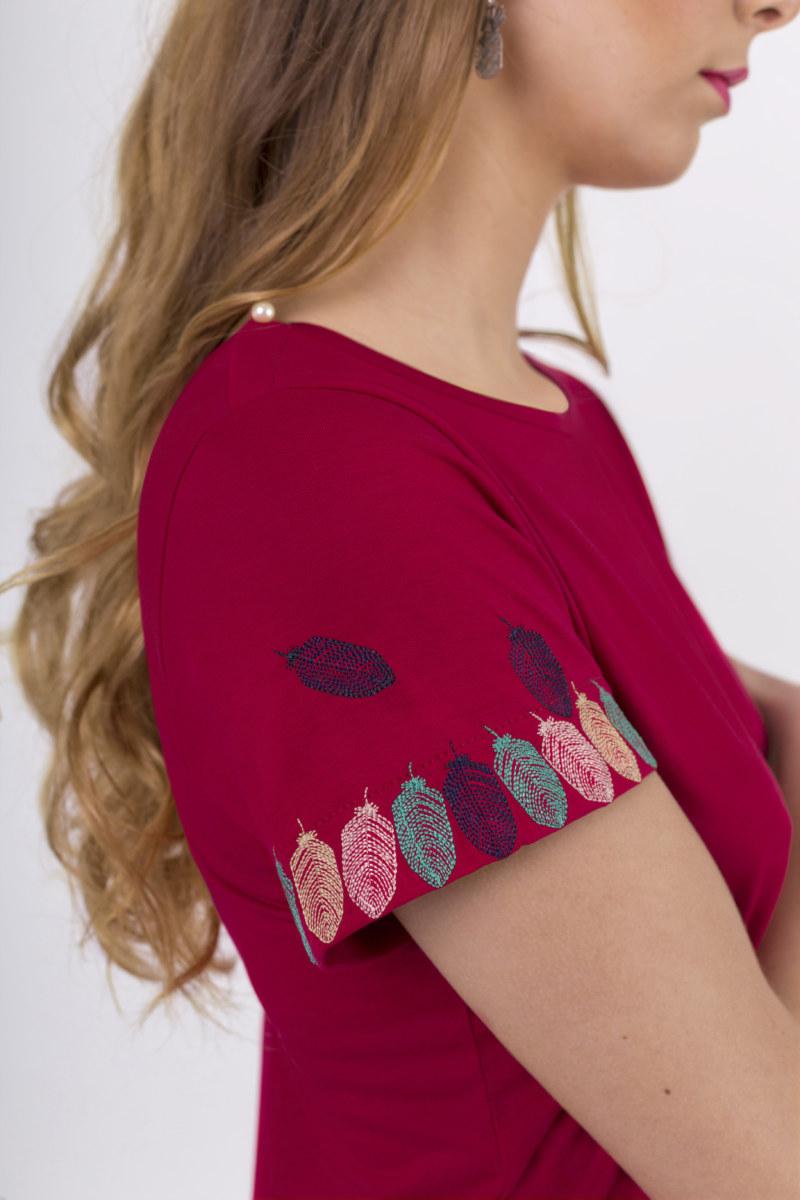 T-shirt manches courtes fuchsia en coton Pima biologique motif plumes brodé sur les manches vue de côté collection été Bombón de algodón
