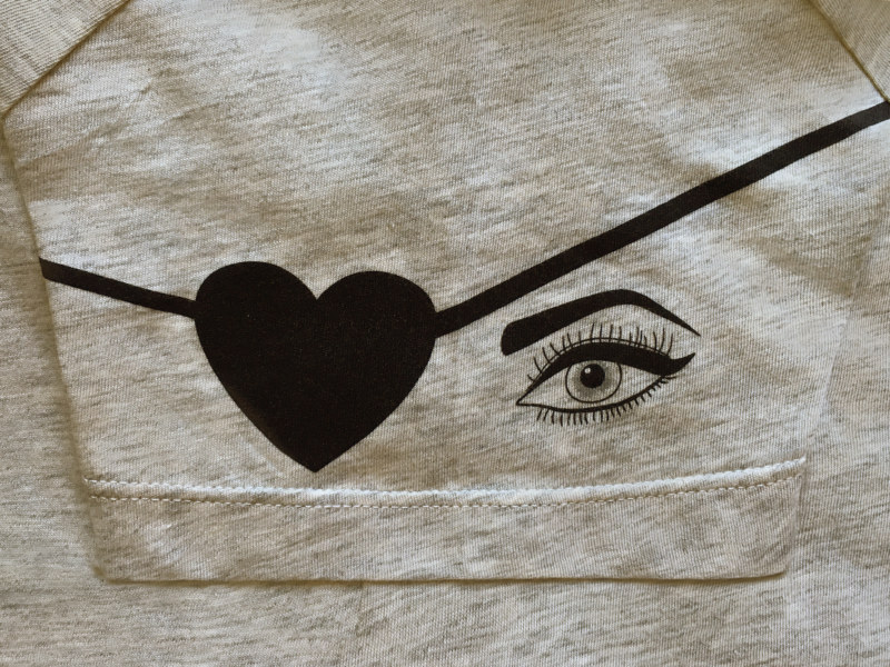 T-shirt manches courtes gris chiné en coton Pima biologique imprimé yeux de pirate sur la manche vue de profil collection été Bombón de algodón