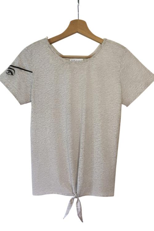 T-shirt manches courtes gris chiné en coton Pima biologique imprimé yeux de pirate sur la manche vue de face collection été Bombón de algodón