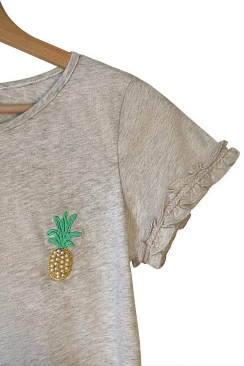 T-shirt manches courtes gris chiné en coton Pima biologique motif brodé ananas tresse faite main sur manches vue de face collection été Bombón de algodón