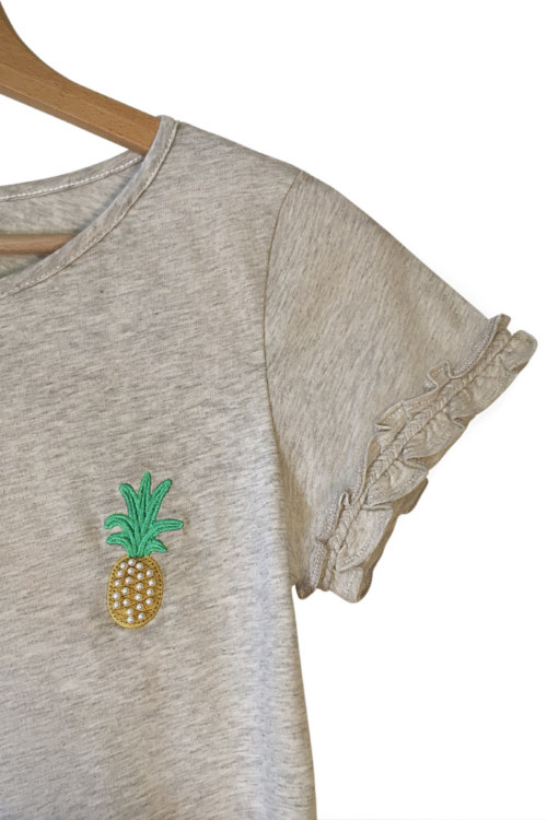 T-shirt gris chiné en coton Pima biologique manches courtesmotif brodé ananas tresse faite main sur manches vue de face collection été Bombón de algodón