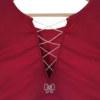 T-shirt manches courtes fuchsia en coton Pima biologique décolleté v au dos avec lignes de petites perles transparentes croisées et noeud papillon brodé main vue de dos collection été Bombón de algodón