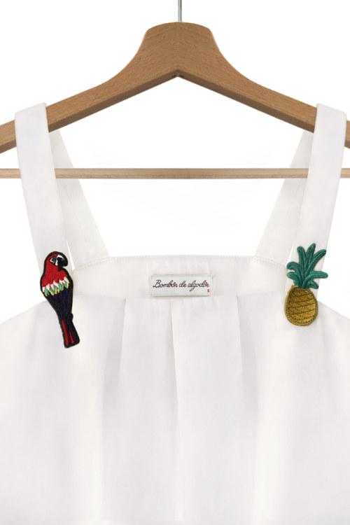 Chemisier à bretelles blanc cassé en coton Pima biologique perroquet et ananas brodés sur bretelles vue de face collection été Bombón de algodón