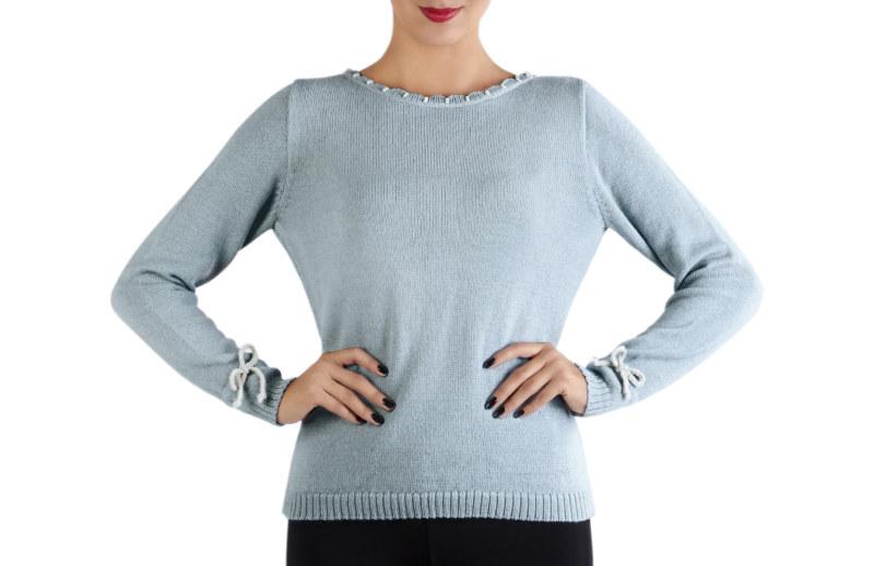 Pull doux en laine de baby alpaga bleu ciel perles brodées main sur encolure ruban gros grain aux poignets vue de face collection hiver Bombón de algodón