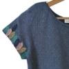 T-shirt manches courtes bleu chiné en coton Pima biologique motif plumes brodé sur les manches vue de côté collection été Bombón de algodón
