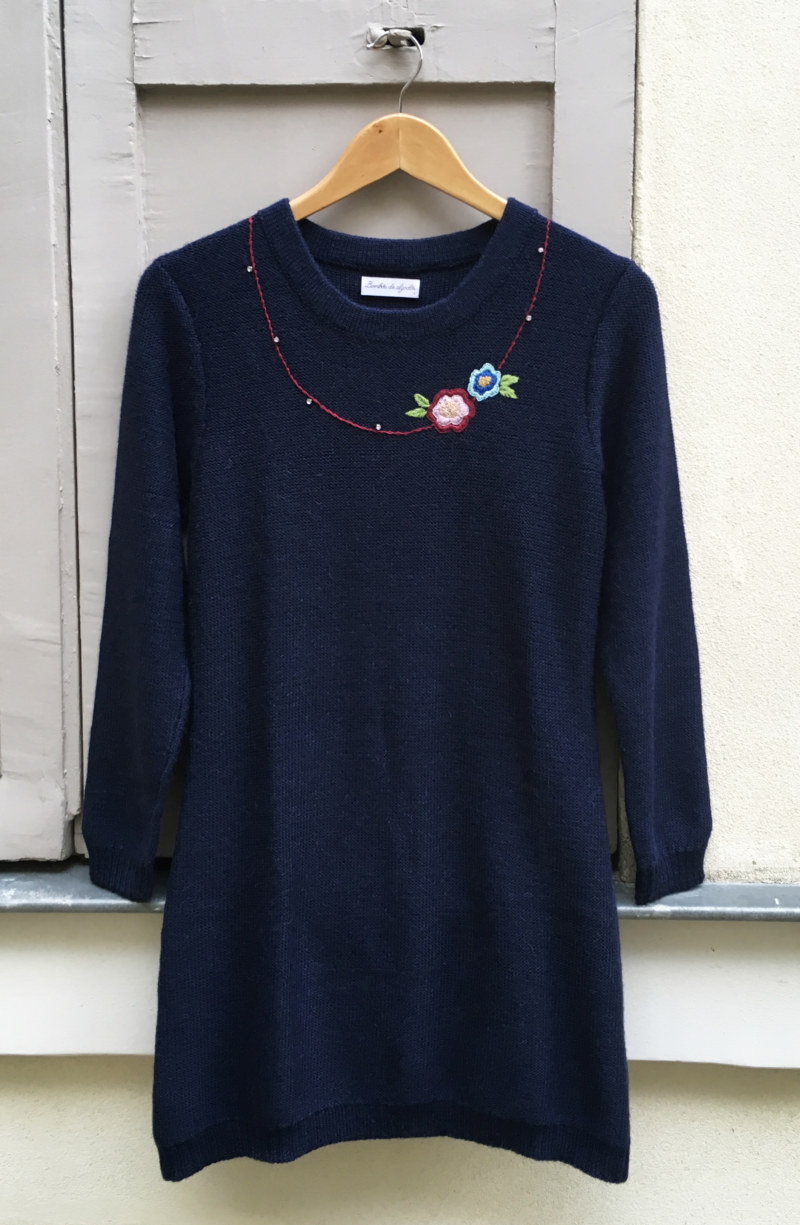 Tunique douce bleu marine en laine de baby alpaga collier de fleur brodé main sur le devant vue de face collection hiver Bombón de algodón