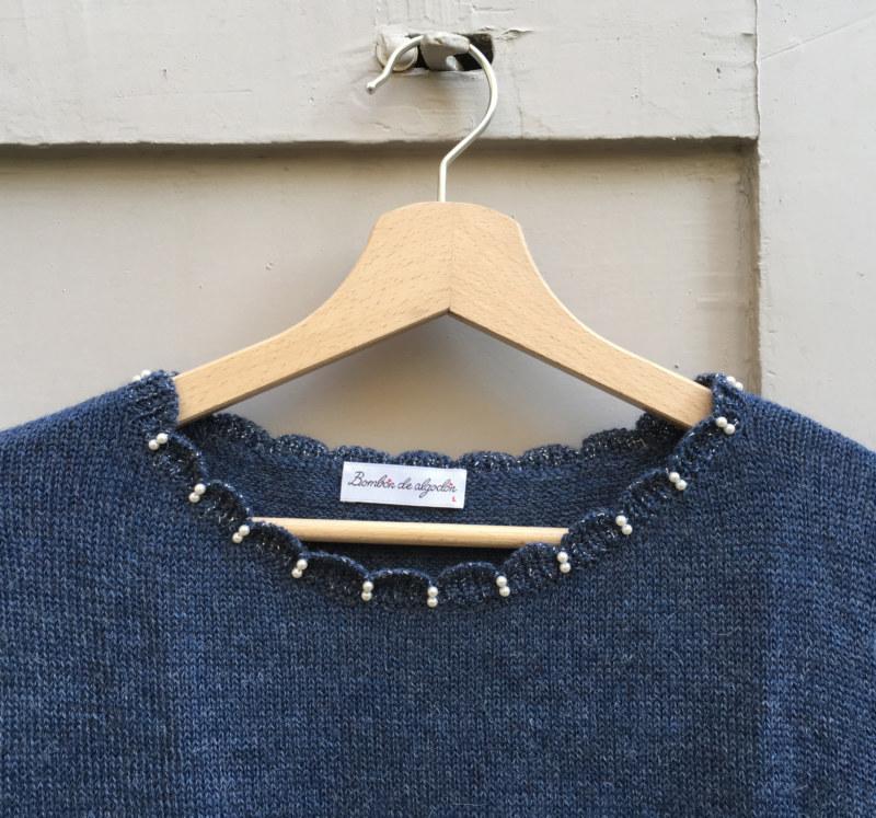 Pull doux en laine de baby alpaga bleu perles brodées main sur encolure vue de face collection hiver Bombón de algodón
