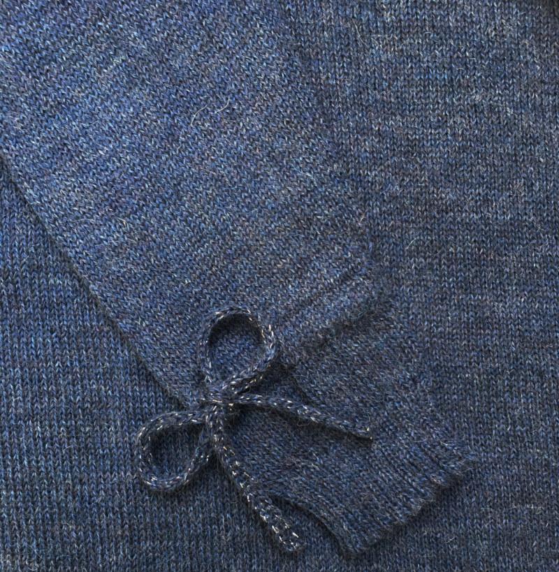Pull doux en laine de baby alpaga bleu noeuds aux poignets vue de face collection hiver Bombón de algodón