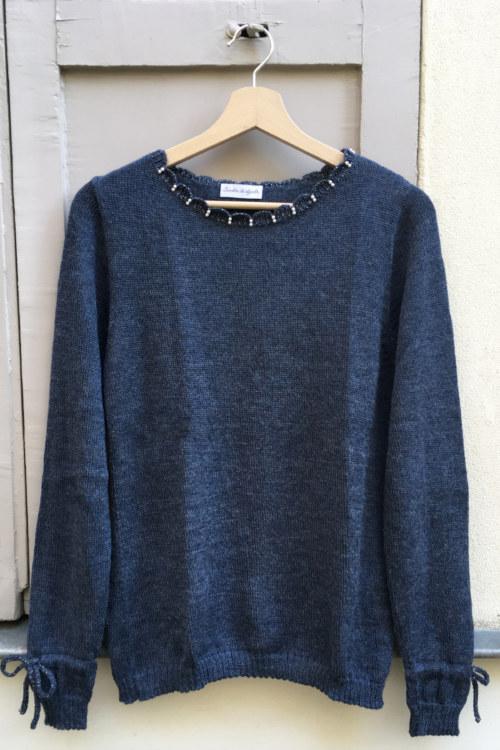 Pull doux en laine de baby alpaga bleu perles brodées main sur encolure noeuds aux poignets vue de face collection hiver Bombón de algodón