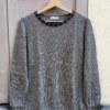 Pull doux en laine de baby alpaga gris perles brodées main sur encolure noeuds aux poignets vue de face collection hiver Bombón de algodón