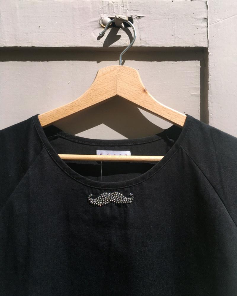 Chemisier manches courtes noir en coton Pima biologique moustache brodé main vue de face collection été Bombón de algodón