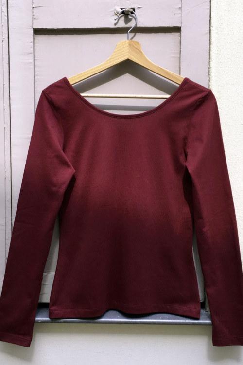 T-shirt manches longues bourgogne en coton Pima biologique décolleté au dos vue de dos collection hiver Bombón de algodón