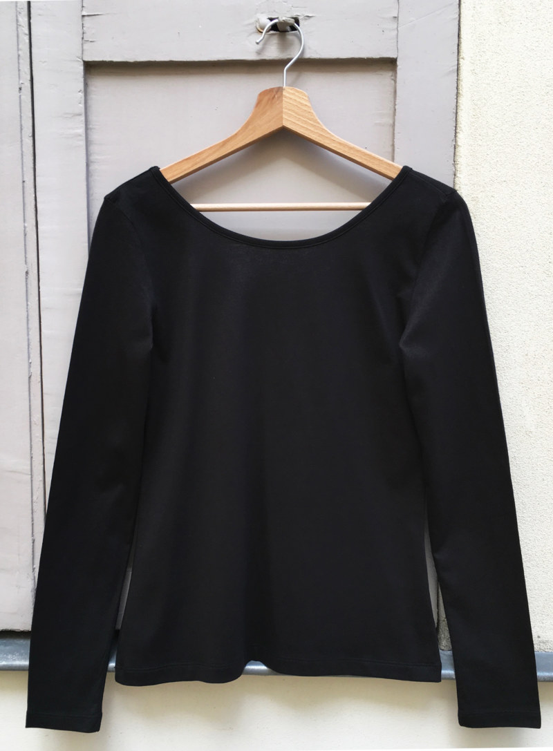 T-shirt manches longues noir en coton Pima biologique décolleté au dos vue de face collection hiver Bombón de algodón