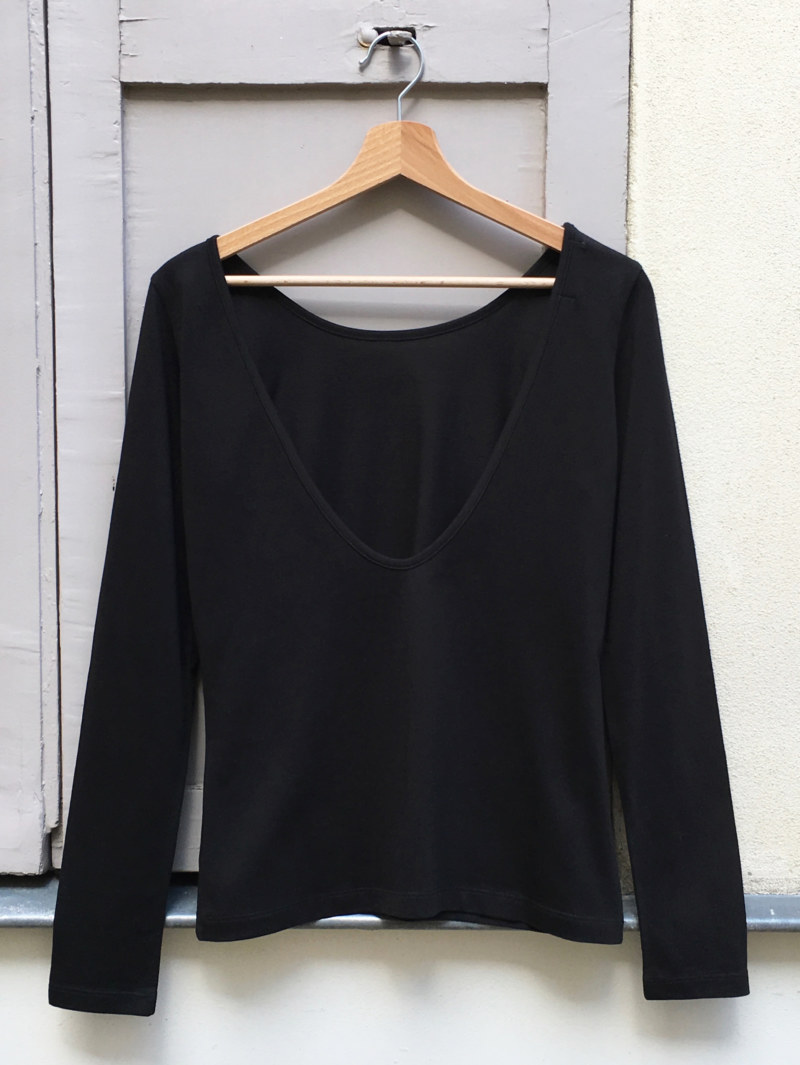 T-shirt manches longues noir en coton Pima biologique décolleté au dos vue de dos collection hiver Bombón de algodón