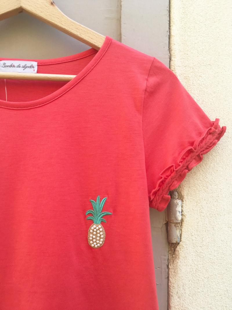 T-shirt corail en coton Pima biologique manches courtesmotif brodé ananas vue de face collection été Bombón de algodón